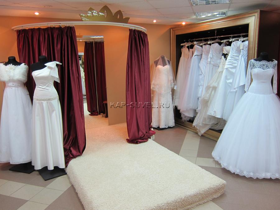 Вся мебель изготовлена по авторским эскизам: шкаф-витрина с золоченой рамой для платьев, стеклянный комод-ресепшн для свадебных аксессуаров